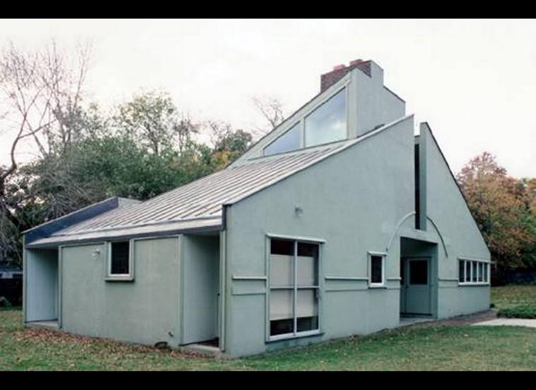 - چارلز جنکنز ویژگی های معماری پست مدرن را اینگونه بر می شمارد: