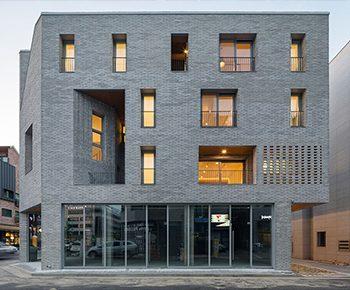 معماری ساختمان آجری ۴ طبقه، حجم ساده و پویا