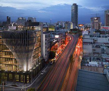طراحی نمای ساختمان تجاری از باله های فلزی